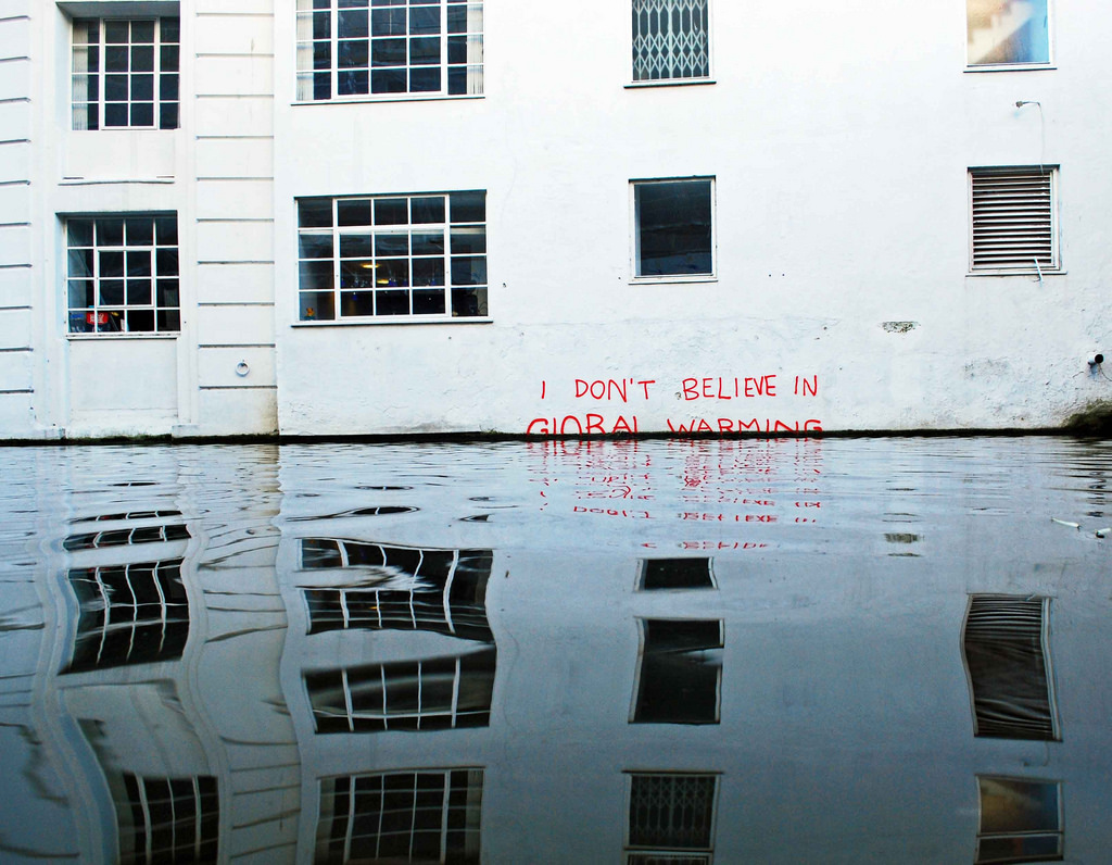 I don't believe in global warming, Banksy, 2009. Tomado de https://www.flickr.com/photos/shell-shock/4259762999